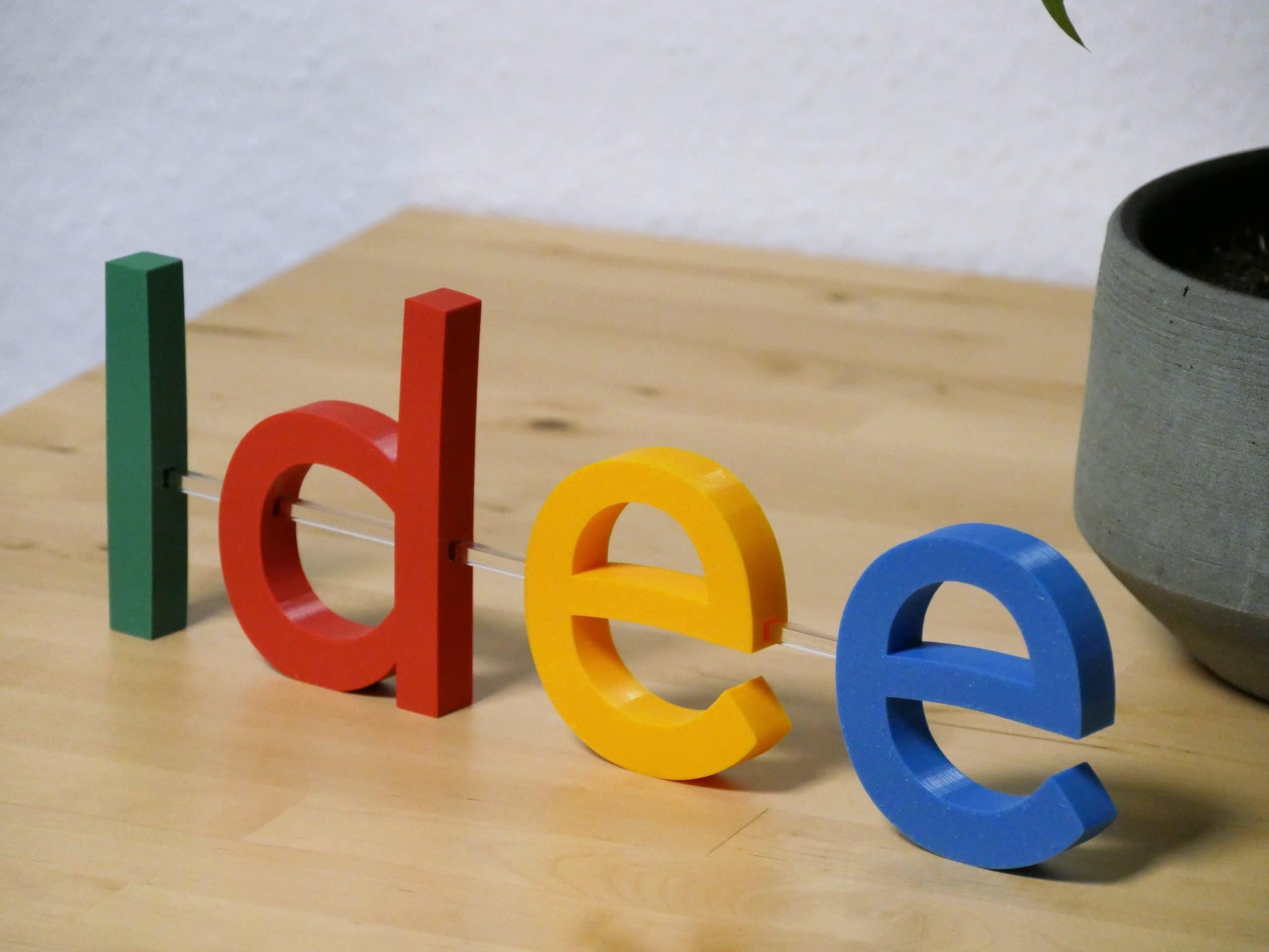 Kennmal auf einem Acrylstab, steht auf einem Schreibtisch